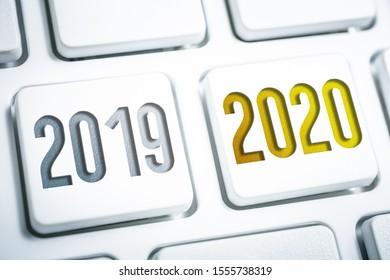 Das Jahr 2019 und 2020 auf weißen Tastaturtasten
