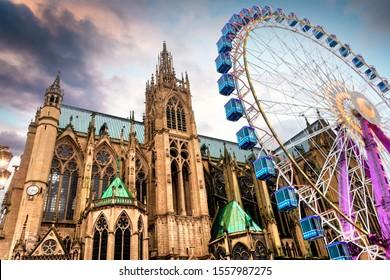 Ciudad de Metz, Francia, Catedral Saint-Etienne con mercado navideño y noria