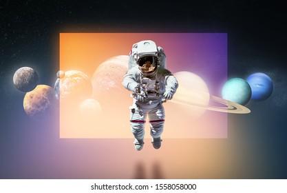 Raumfahrer, der am dunklen Hintergrund mit Reflexion schwebt. Planeten des Sonnensystems. Raumkunst. Elemente dieses Bildes von der NASA eingerichtet.
