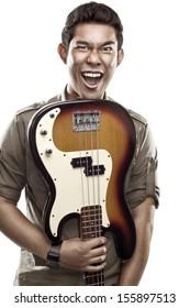 ベースギターを逆さまに保持しているアジアの男