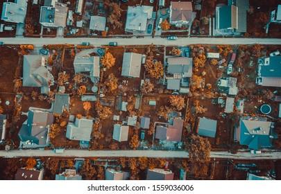 Kleine Häuser in der Stadt Carnikava. Von oben von einer Drohne erschossen