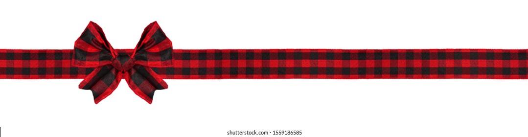 赤と黒のバッファローチェック柄のクリスマスプレゼントの弓とリボン。白い背景で隔離の長い境界線。