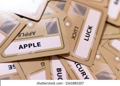 イエローカード、浅い被写し界深度上のリンゴと運の言葉。焦点が合っていない複数のカードが見える。運に焦点を当てます。リンゴの運