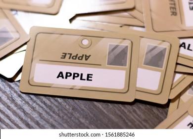 イエローカード、浅い被写し界深度のアップルワード。焦点が合っていない複数のカードが見える。