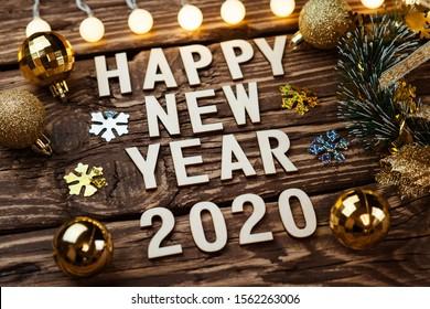 Feliz año nuevo 2020. Símbolo del número 2020 sobre fondo de madera