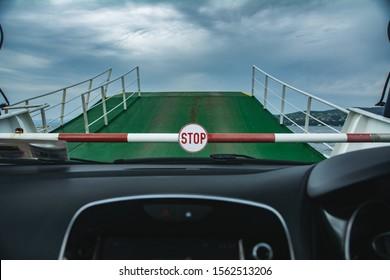 Fährüberfahrt mit Stoppschild