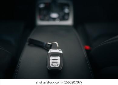 アームレストの車のイグニッションキー