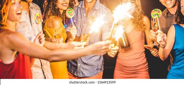 シャンパンを踊ったり飲んだりするディスコクラブで大晦日を祝う幸せな友達-夜のパーティーで楽しんでいる若者-休日のコンセプト-黄色のドレスで女の子の口に焦点を当てる