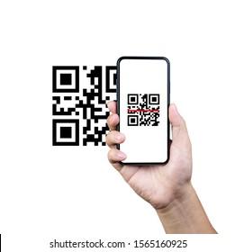 Escaneo de código QR con teléfono inteligente móvil. Aislado sobre fondo blanco. Pago con código qr, billetera electrónica, concepto de tecnología sin efectivo.