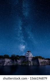 Osako Schloss unter einer epischen Milchstraße und Sternen