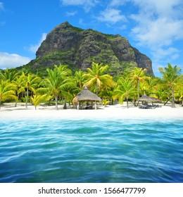 Hermosa playa de arena con la montaña Le Morne Brabant en el sur de la isla Mauricio. Paisaje tropical.