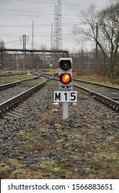 線路の真ん中に赤い信号の信号機が設置されています。