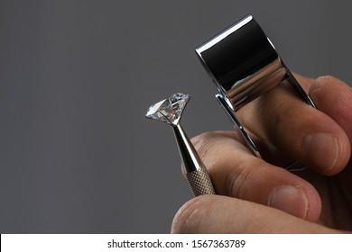 Piedras preciosas. Joyero comprobando diamante pulido. Diamantes en quilates. Comercio y negociación de diamantes. Clasificación de diamantes sueltos. Piedras preciosas.