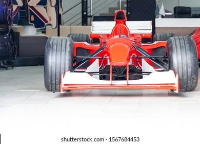 Nowosibirsk, Russland - 08.01.2018: Rote Ferrari-Rennsportwagen für die Formel 1 in der Garagenbox des Autohauses.
