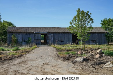 古い農場の建物はすべて忘れられて倒れています。