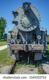 レトロな蒸気機関車が駅を出発