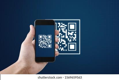 Pago y verificación de escaneo de código QR. Mano usando el código QR de escaneo de teléfono inteligente móvil