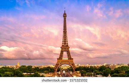 Schöne Aussicht auf den berühmten Eiffelturm in Paris, Frankreich. Paris Beste Reiseziele in Europa.