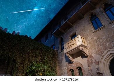 El balcón original de Romeo y Julieta bajo un impresionante cielo estrellado. Verona, Italia. Tragedia de William Shakespeare.