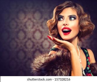 レトロな女性の肖像画。びっくりしたラグジュアリーレディ。きれいな女性。ヴィンテージスタイルの写真。昔ながらのメイクと指の波のヘアスタイル。20代または30代のスタイル。テキスト用のスペース