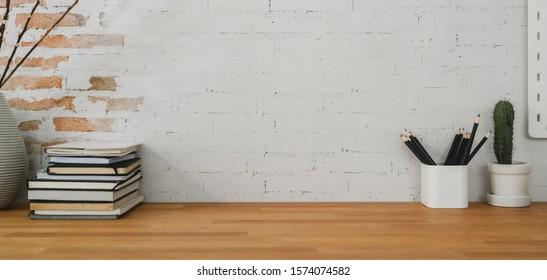 Beschnittener Schuss des bequemen Büroraums mit Büromaterial und Kopierraum auf Holztisch