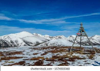 Sonniger Wintertag in den österreichischen Alpen im Skigebiet Bad Kleinkirchheim, Österreich. Der Schnee zeigt ein schönes Spiegelbild. Wintersport im alpinen Winterwunderland. Oben steht eine kleine Pyramide.