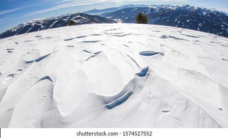 Sonniger Wintertag in den österreichischen Alpen im Skigebiet Bad Kleinkirchheim, Österreich. Der Schnee zeigt ein schönes Spiegelbild. Wintersport im alpinen Winterwunderland