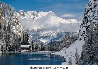 青い高山の湖で雪に覆われた山々にあるアグネス湖のティーハウス。バンフ国立公園のレイクルイーズエリア。カナディアンロッキー。アルバータ。カナダ