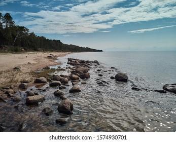 Olas del mar, línea de latigazo, roca de impacto en la playa