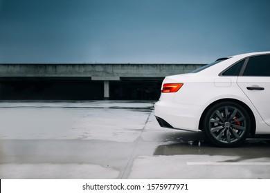 Silueta de coche moderno en el estacionamiento.