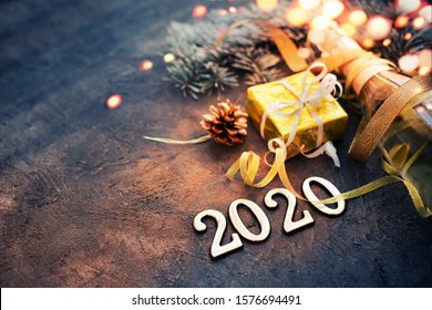 Feliz año nuevo 2020 fondo con champagne en color oscuro con bokeh