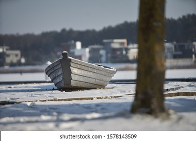 Eisiges Segelboot, Lettland, Boot an der Winterküste