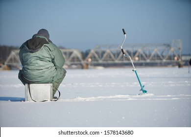 Ngư dân tận hưởng một ngày câu cá trên băng
