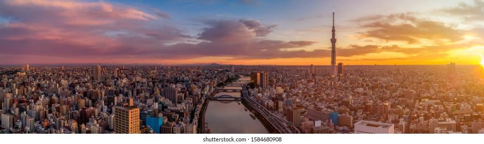 Panoramablick auf die Stadt Tokio. Berühmter Tokyo Skytree und Senso-Ji Tempel mit Sumida Fluss. Bunte Morgenszene von Japan, Asien. Hintergrund des Reisekonzepts.