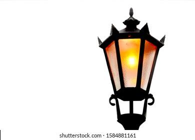 Drita e vjetër e rrugës izolonte sfond të bardhë