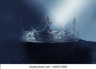 geheimzinnige en magische foto van van mooie koningin / koningskroon over gotische sneeuw donkere achtergrond. Middeleeuwse periode concept