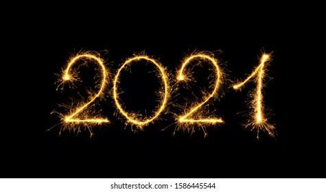 明けましておめでとうございます2021年。黒の背景に分離された2021年の輝く燃える数字。デザインの休日のグリーティングカード、看板、Webバナーの美しい輝く金色のオーバーレイオブジェクト