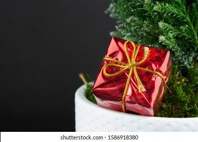 Regalos envueltos debajo de un árbol de Navidad con copyspace. caja de regalo de navidad