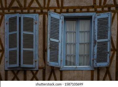 旧市街の建物の窓パターンテクスチャ