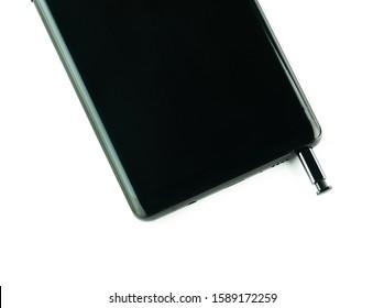 Smartphone und Stift auf weißem Hintergrund