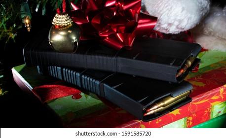 AR-15 magazijnen geladen met munitie onder de kerstboom