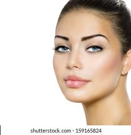美女の肖像画。青い目をした美しいブルネット。完璧なフレッシュスキン。白い背景で隔離