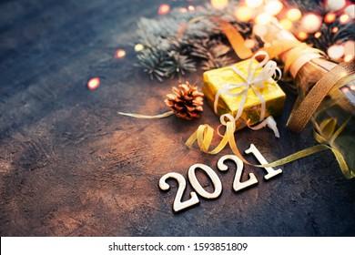 石の背景にシャンパンで新年あけましておめでとうございます2021