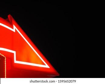 Rotes Zeichenzeigerschild mit dem schwarzen Hintergrund der weißen Liniennacht