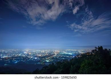 Luftaufnahme Stadtnacht vom Aussichtspunkt oben auf Berg, Chiang Mai, Thailand