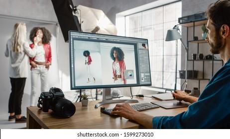 写真撮影の舞台裏:メイクアップアーティストが美しい黒人少女にメイクを適用します。フォトエディタは、画像編集ソフトウェアを使用して写真をレタッチするデスクトップコンピュータで動作します。ファッションインターネットマガジン