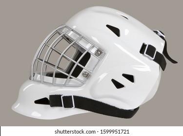 灰色の背景に分離されたホッケーゴールキーパー白いヘルメットマスク