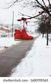 Zapato rojo, signo. Fondo de invierno. Nieve, enero, febrero. Diversión de invierno, heladas, bajo cero, caminar, aire puro, naturaleza, frío, nieve, blanco, caminar, belleza, ser feliz. Signos del destino, perdido. Decir que sí. Aventuras.