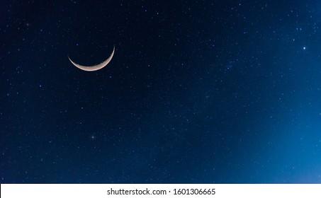 Increíble luna creciente sobre fondo de cielo azul oscuro.Universo lleno de estrellas, nebulosas y galaxias con ruido y grano.Enfoque de selección.