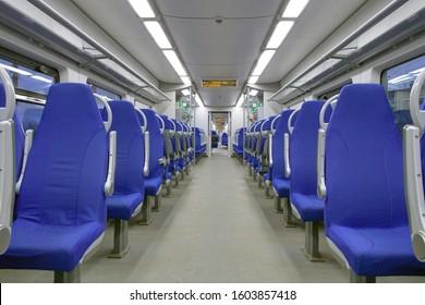 青い椅子のある高速列車の空の客室に搭乗する準備ができました